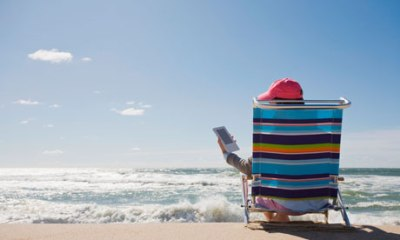 reading-a-kindle-at-the-b-007